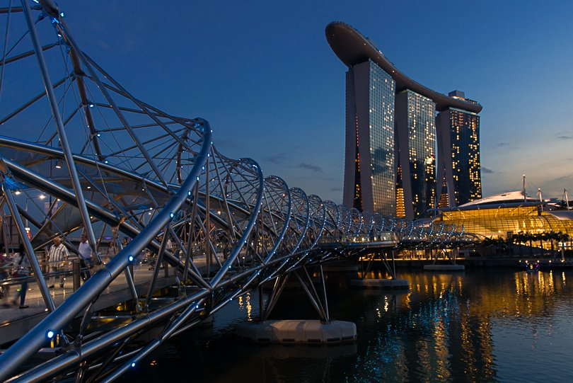 Singapur Highlights, Helix Bridge, Marina Bay,  Abendstimmung, blaue Stunde