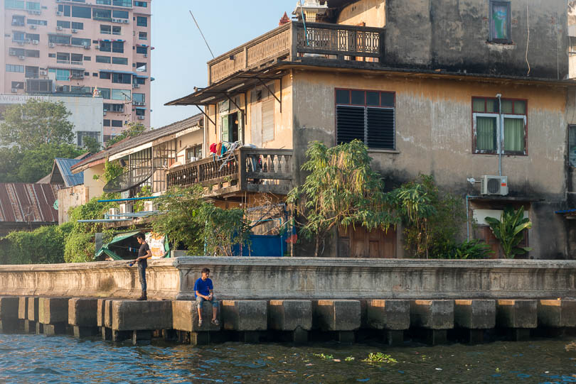 Haeuser am Chao Phraya River in Bangkok